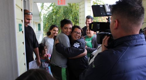 Fresno police, volunteers give families a full Thanksgiving meal article thumbnail mt-3